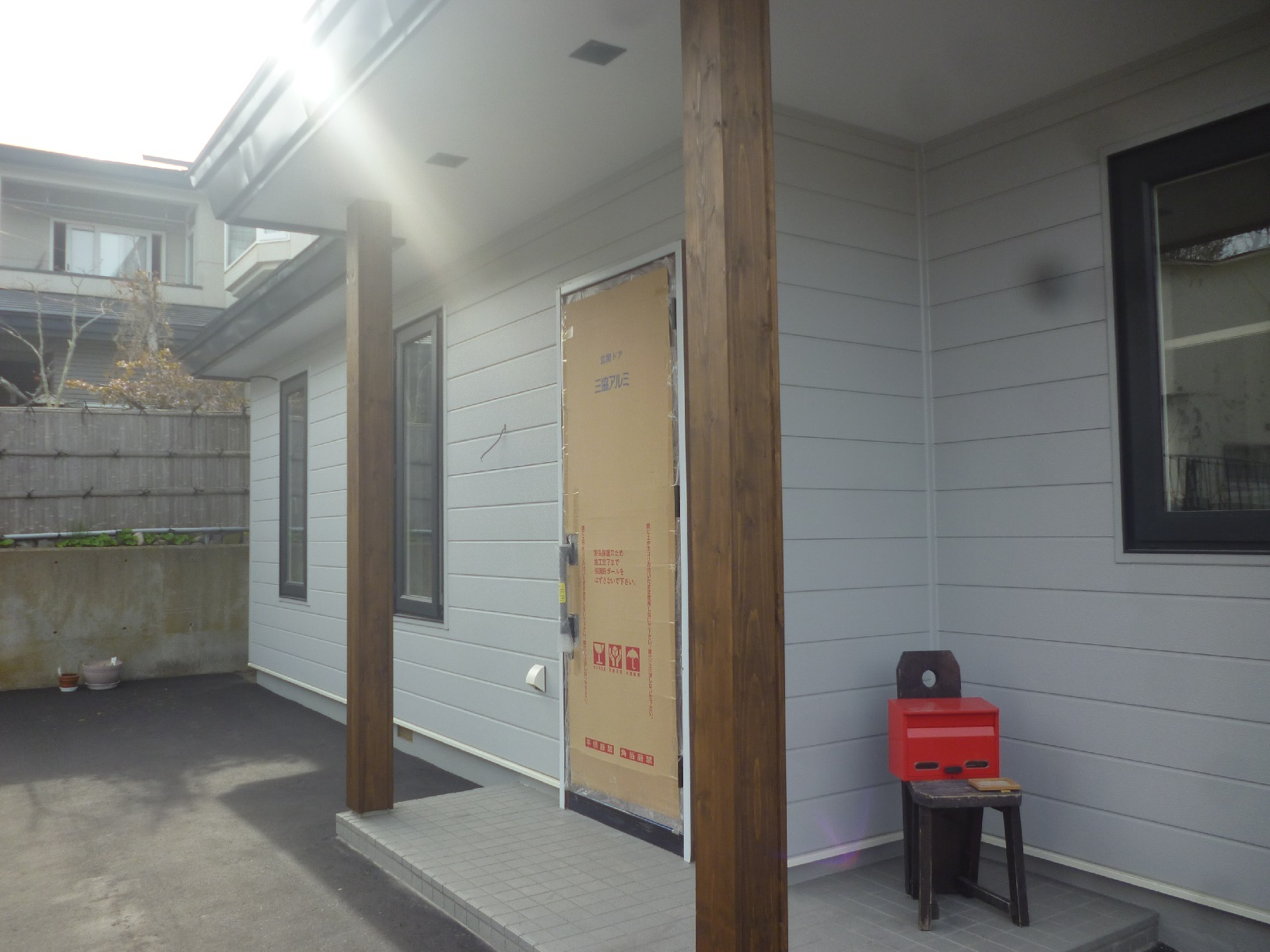 米町モンクール 玄関前柱 上塗3